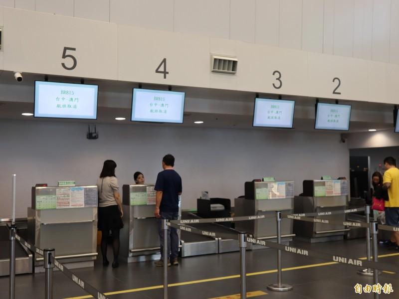 受罷工影響,長榮航空台中飛澳門班機取消,登機場間台中機場的長榮空櫃台空蕩蕩,僅有少數旅客洽詢相關事宜。(記者歐素美攝)