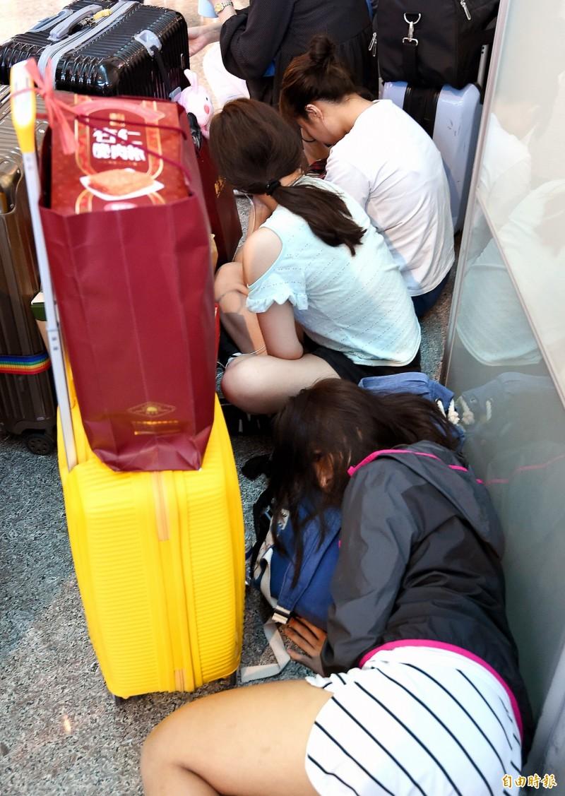 長榮空服罷工》滯韓一晚返台 旅客激動落淚