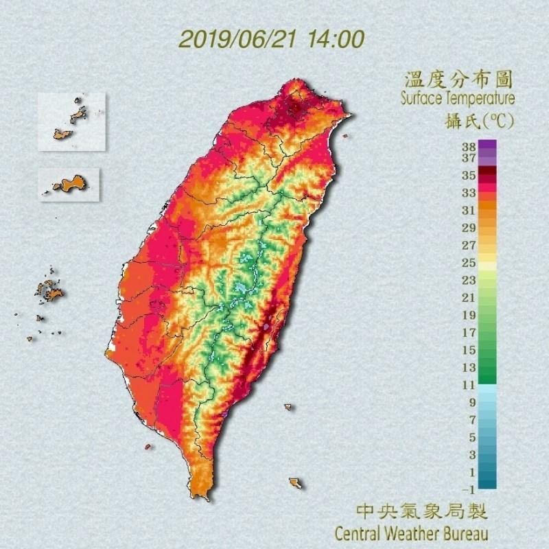 今天夏至,不管西部平原,還是東部山區,全都呈現一片紅色,整個台灣像火在燒。(擷取自中央氣象局)