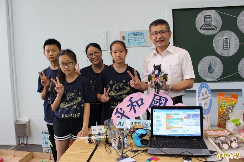 彰化市平和國小帶領中高年級學生進行「BrainGo聲控車」程式設計,從小就能駕馭科技。(記者張聰秋攝)