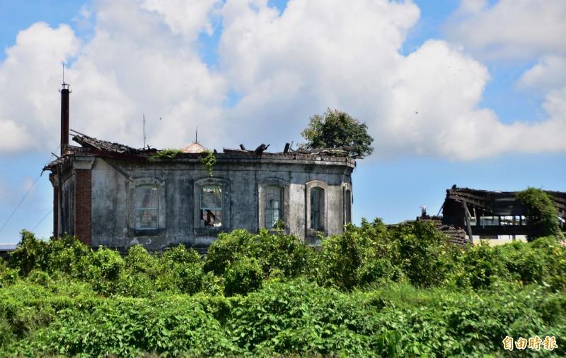 台南監獄圍牆外的舊八卦樓,嚴重傾塌,猶如廢墟。(記者吳俊鋒攝)