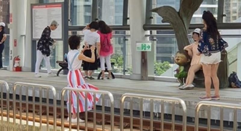 今有遊客為拍照闖入淡海輕軌月台軌道區。(圖擷取自細說淡水臉書社團)
