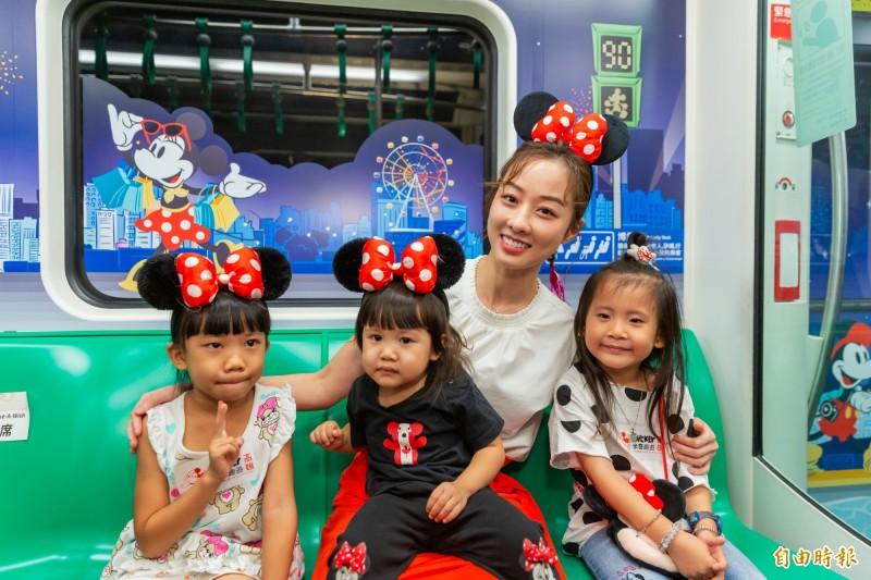 藝人夏語心(右二)擔任「米奇趣遊高雄」活動大使,化身俏麗米妮,與小朋友搭乘「米奇彩繪列車」。(記者葛祐豪攝)