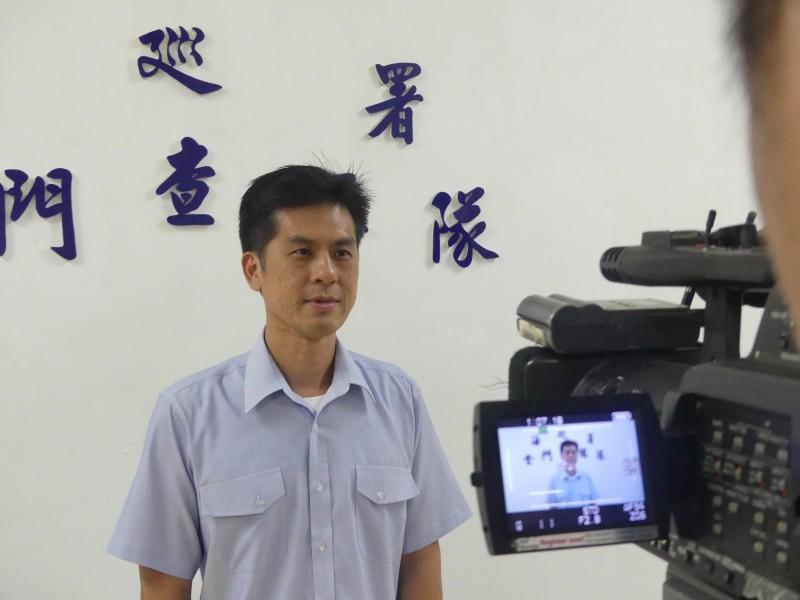金門查緝隊組主任蔡永榆說明走私12噸「中國帶殼牡蠣」案經過。(金門查緝隊提供)