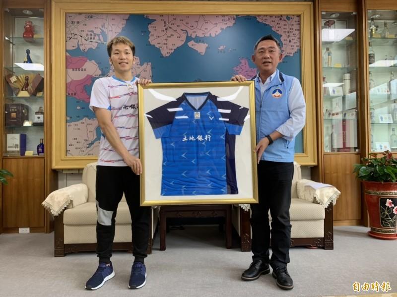 楊鎮浯(右)要把李洋(左)贈送的「戰袍」掛在辦公室,隨時惕勵自己。(記者吳正庭攝)