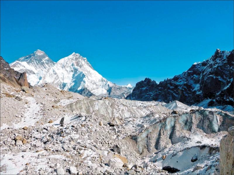 研究顯示,喜馬拉雅山冰川目前的融化速度,是一九七五年到二○○○年時的一倍。圖為尼泊爾境內的昌日西冰川(Changri Nup Glacier)。 (美聯社檔案照)