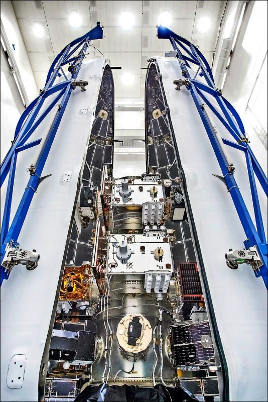 24枚衛星準備進行與火箭酬載艙封裝。(國家研究院提供)