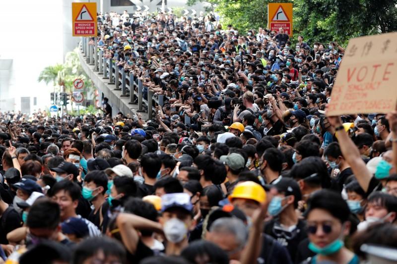 香港昨天(21日)有大批示威者到警察總部外抗議,要求香港特首下台並撤回逃犯條例草案。(路透社)