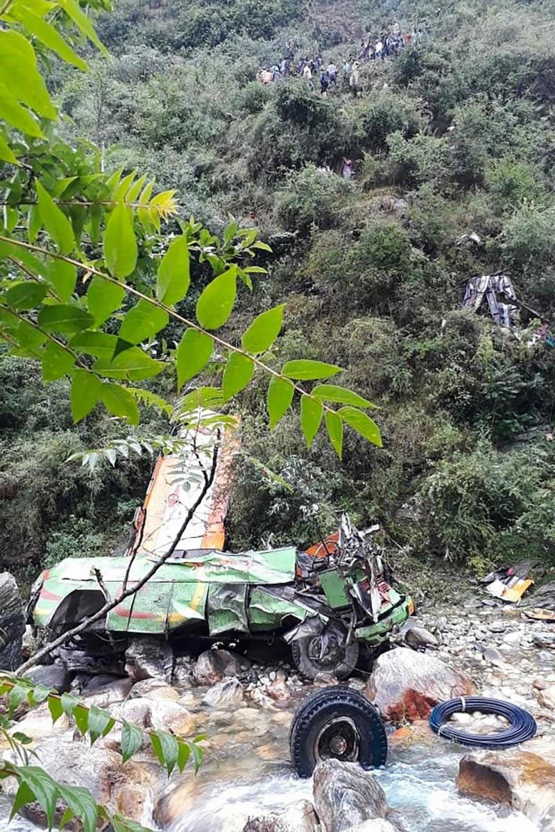 印度巴士墜谷造成至少44人死亡、29人受傷。(法新社)
