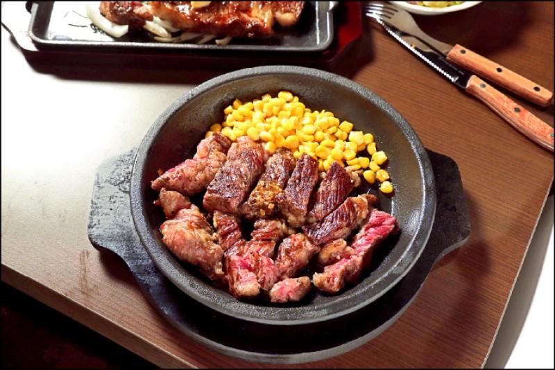 豪爽CAB嫩肩牛排/369元(約300克)牛隻肩胛肉,又名傑克牛排,是口感最有嚼勁的部位;嫩肩向來給人有筋、難以咀嚼的印象,IKINARI STEAK的切肉師傅將嫩肩毫不心疼地削去多餘筋膜,並在燒烤後切塊上桌,可以品嚐到嫩肩的嚼勁,且依然柔軟好入喉。(記者陳宇睿/攝影)