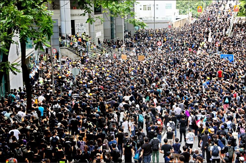 灣仔警察總部外被至少數千名民眾包圍,要求警方釋放被捕的人士。(歐新社)