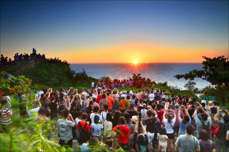 每到黃昏夕照時分,關山日落總是吸引大批民眾爭睹。 (恆春鎮公所提供)