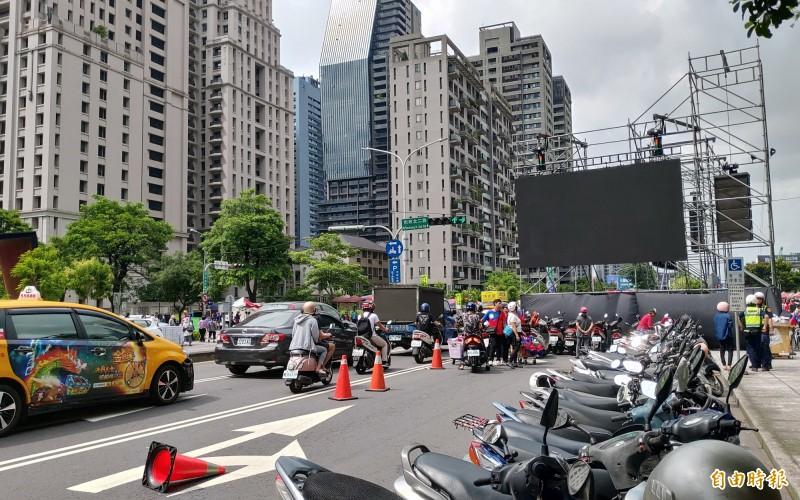 河南路與市政北二路口的電視牆占據車道。(記者張菁雅攝)