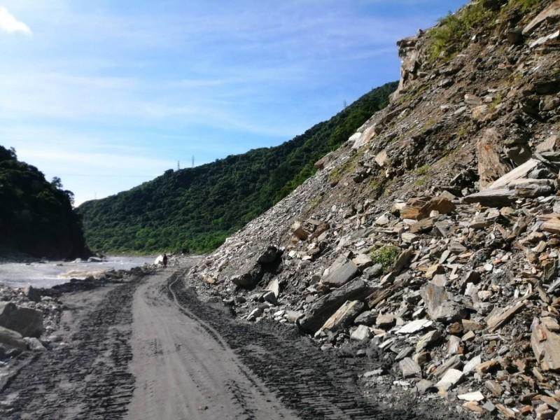 慕谷慕魚坍方嚴重,當地居民及台電人民近3年時間只能行走河床便道相當危險。(圖由花蓮秀林銅門村長許賢美提供)