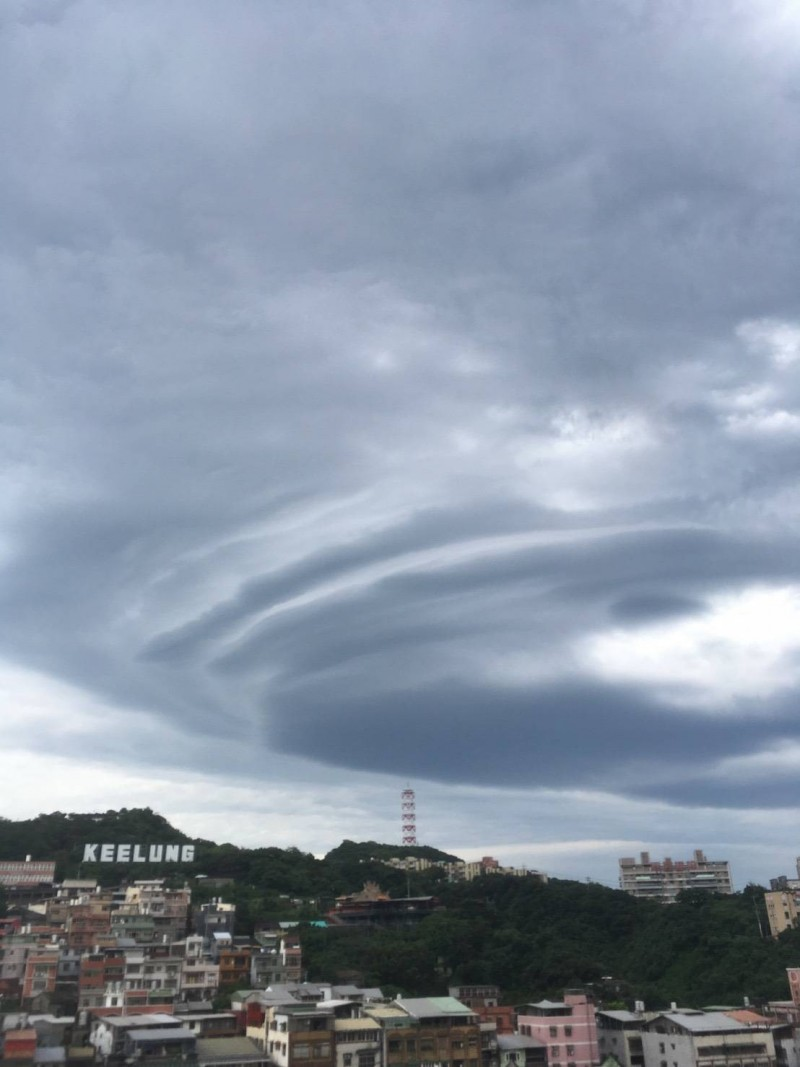 基隆港港區上空今天早上出現宛若飛碟的飛碟雲,不少市民拿起手機拍照,紀錄此難得一見的雲層。(圖為基隆氣象站提供)