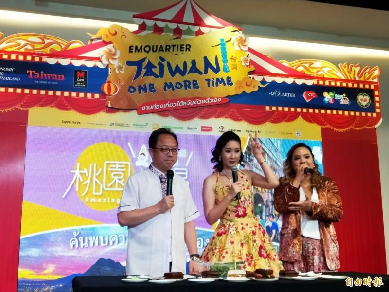 泰國網紅與觀旅局長長楊勝評製作豆干三明治分享現場泰國民眾(記者謝武雄攝)