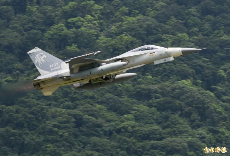 軍方資深官員今天透露,由國防部委託中科院進行的奔劍計畫已經完成,新空射型劍二(性能提升型)飛彈在各項作戰測試數據均達到空軍要求,將在明年起進入量產階段。圖為IDF戰機,機腹中間掛載即為天劍二型飛彈。(資料照)