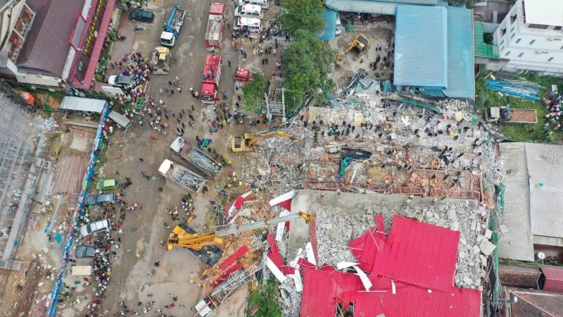 柬埔寨西哈努克省首府西哈努克市發生建築倒塌案,目前傷亡人數增至7死21傷。(路透)