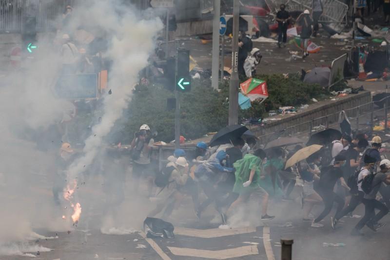 國際特赦組織表示,香港警方在612當天有「過度濫用催淚彈及胡椒噴霧」等5大違法行為,呼籲港府應盡速展開獨立調查。(彭博)