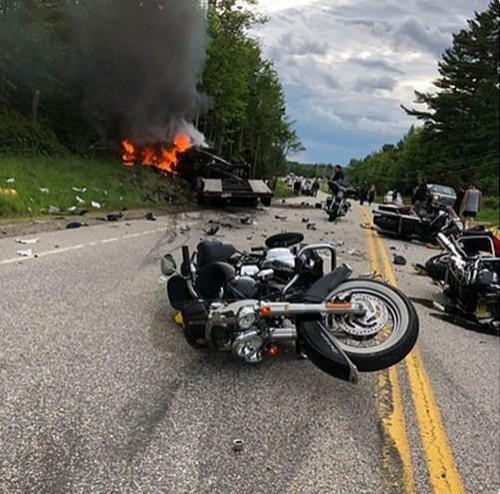 美國新罕布夏州發生重大車禍,一輛福特2500貨卡連撞多輛重機,造成7死3傷的慘劇。(圖擷自@rickcrouch推特)
