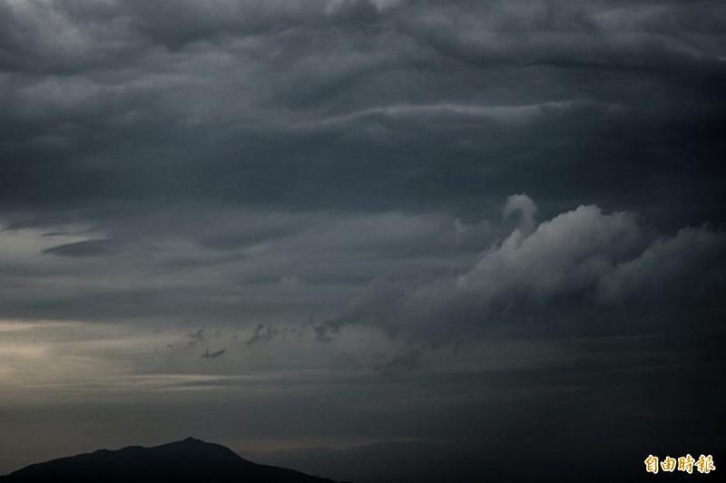 由於鋒面接近,中層大氣不穩定,觀音山今(22日)傍晚出現一隻「漫步在雲端」的天鵝雲朵,搭配明暗交錯的夜色,這隻「天鵝」彷彿將優雅地悠遊天際,美景也讓人蔚為著迷。(記者鹿俊為攝)