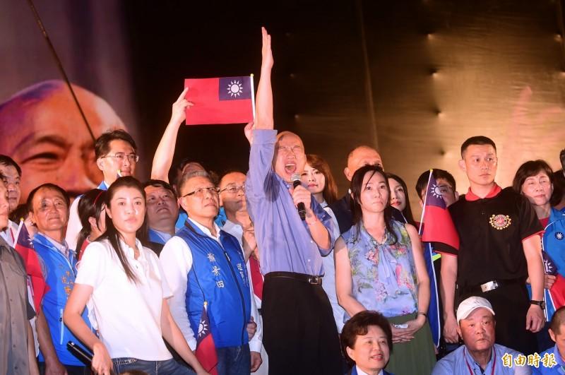 韓國瑜造勢大會台中場,他上台時對中小企業喊出新口號「拉進來,打出去!」(記者廖耀東攝)