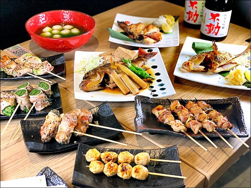 澎湖各項特色食材也變身日式串燒,如狗母魚丸、絲瓜豬肉、水蓮豬肉、剝皮辣椒豬肉串燒等。(記者郭宣暄/攝影)