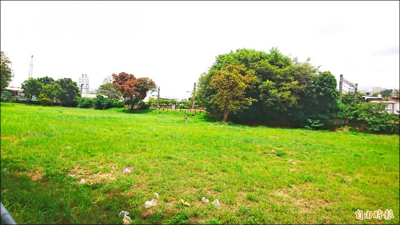 市府與營建署合作自蓋社會住宅,地點選在台南公園對面的小東路與北門路口台鐵公有地。 (記者劉婉君攝)