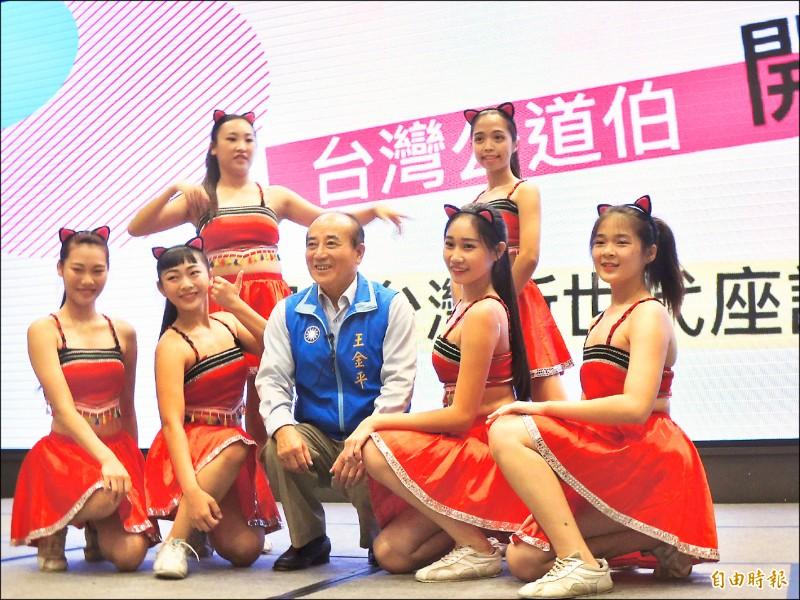 前立法院長王金平昨在高雄與年輕世代座談,還與年輕辣妹共舞。(記者王榮祥攝)