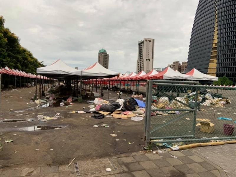 韓國瑜辦完活動,活動現場今早仍留大堆垃圾。(圖:擷取自大台中市政監督聯盟)