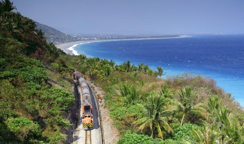 為促進台日鐵道觀光交流,台鐵局今天宣布屏東線及南迴線將與日本肥薩橙鐵道締結姊妹鐵道。(台鐵提供)