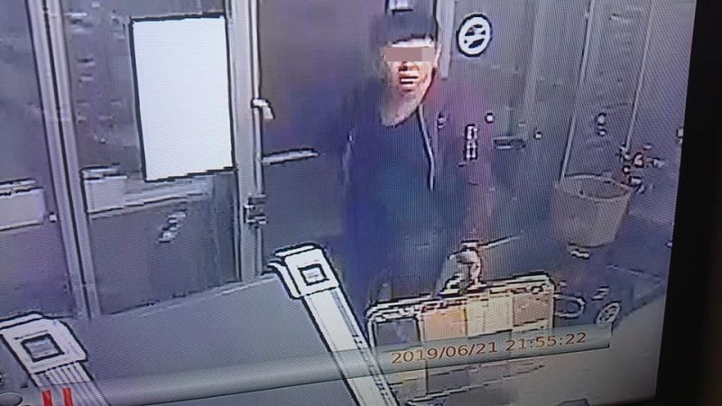 一名年約2、30歲的男子,持玩具假鈔詐騙店家,被害店家公布影像。(圖:店家提供)