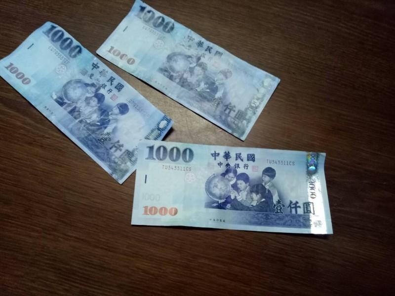 左為男子所持「魔術銀行」假鈔詐騙,右下為千元真鈔。(圖:店家提供)