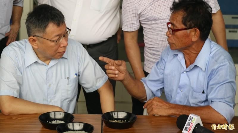 台北市長柯文哲今天早上到花蓮縣南區訪問,到農田了解稻米種植。(記者王錦義攝)