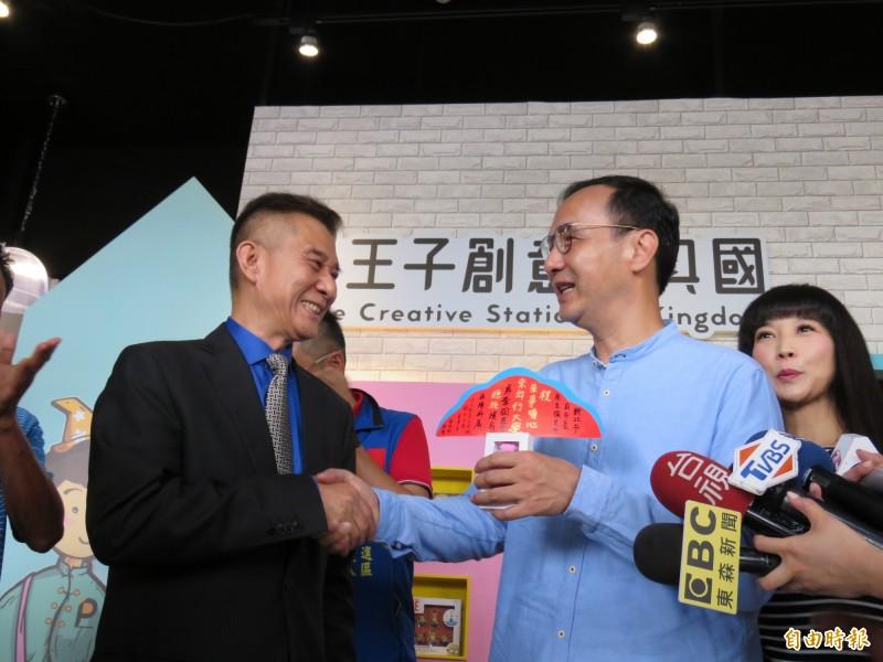前新北市長朱立倫今天早上到林口王子創意文具王國參訪,董事長黃坤助(左)熱情迎接。(記者陳心瑜攝)