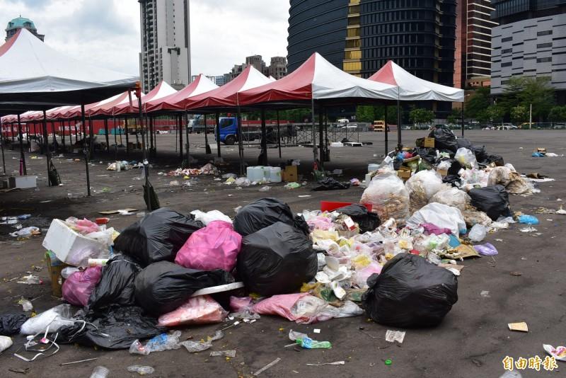 天氣炎熱,韓國瑜台中造勢會場垃圾已經發出臭味。(記者張瑞楨攝)