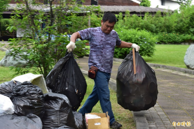 中市政府的包商忙著搬運惠來遺址內的垃圾。(記者張瑞楨攝)