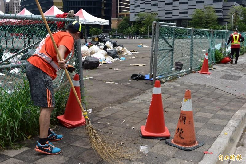 環保局人員從上午打掃到中午。(記者張瑞楨攝)