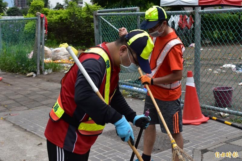 環保局人員忙著打掃造勢會場旁的道路。(記者張瑞楨攝)