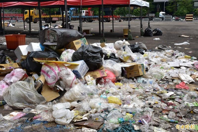 造勢現場的垃圾,在高溫下發出腐敗惡臭。(記者張瑞楨攝)