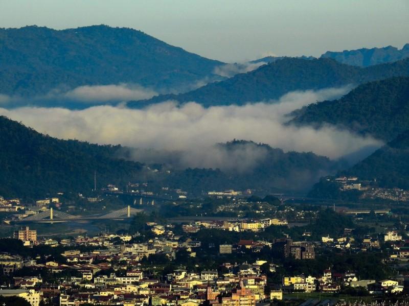 金色晨曦短暫出現後留下雲海,和已透亮的埔里山城。(陳琪元提供)