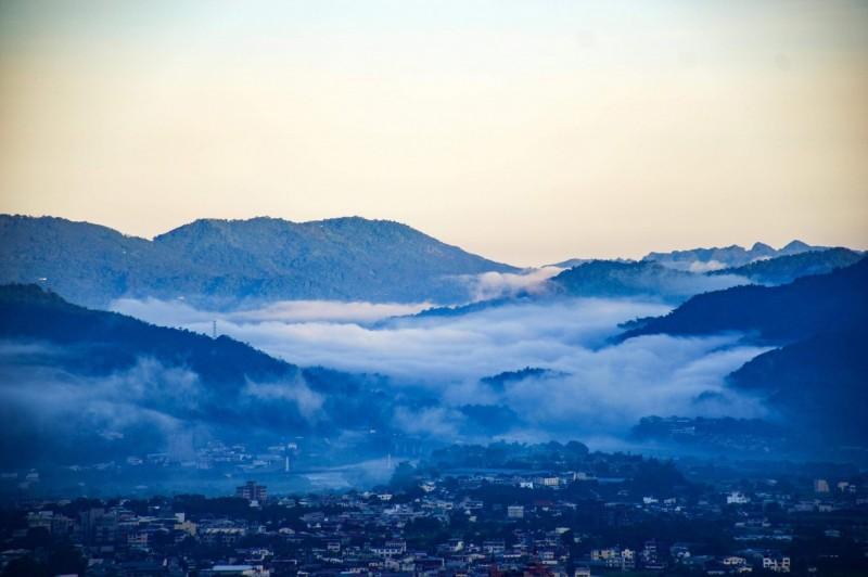虎頭山拍到較遠處由國姓鄉北山流向埔里的雲瀑。(陳琪元提供)
