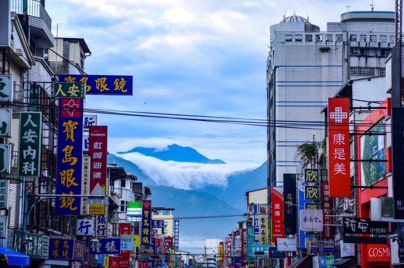 陳琪元先前在埔里市區拍到的雲瀑美景。(陳琪元提供)