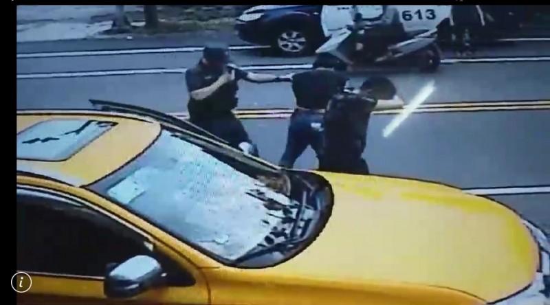 警方對2名黑衣男噴辣椒水。(記者江志雄翻攝)