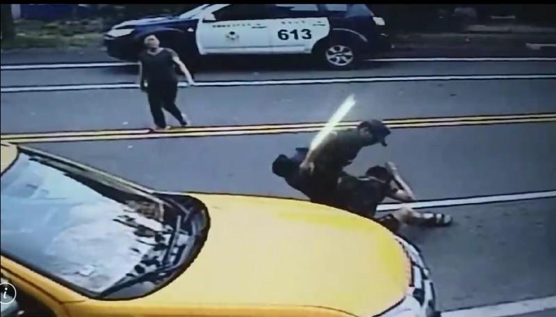 警方壓制黑衣男。(記者江志雄翻攝)