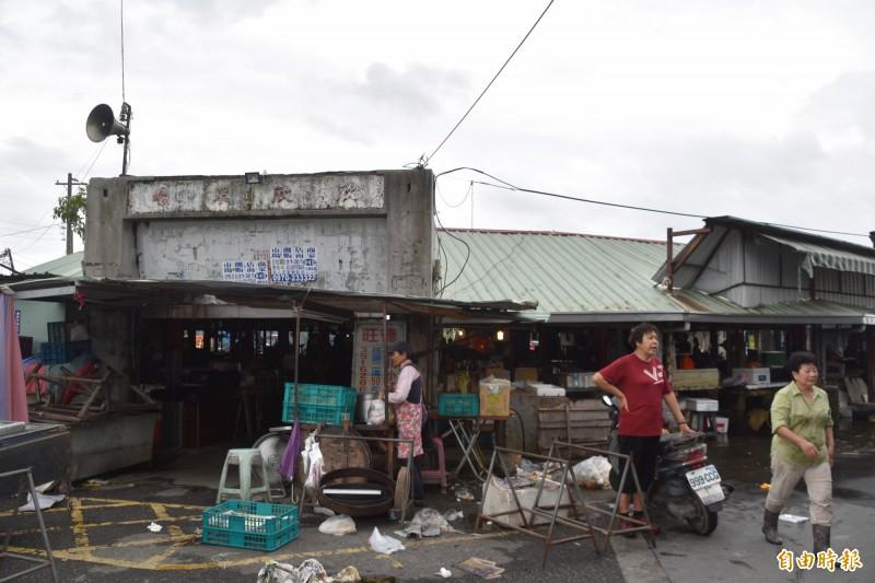 高雄岡山欣欣市場走過一甲子,今天最後一天營業熄燈。(記者蘇福男攝)