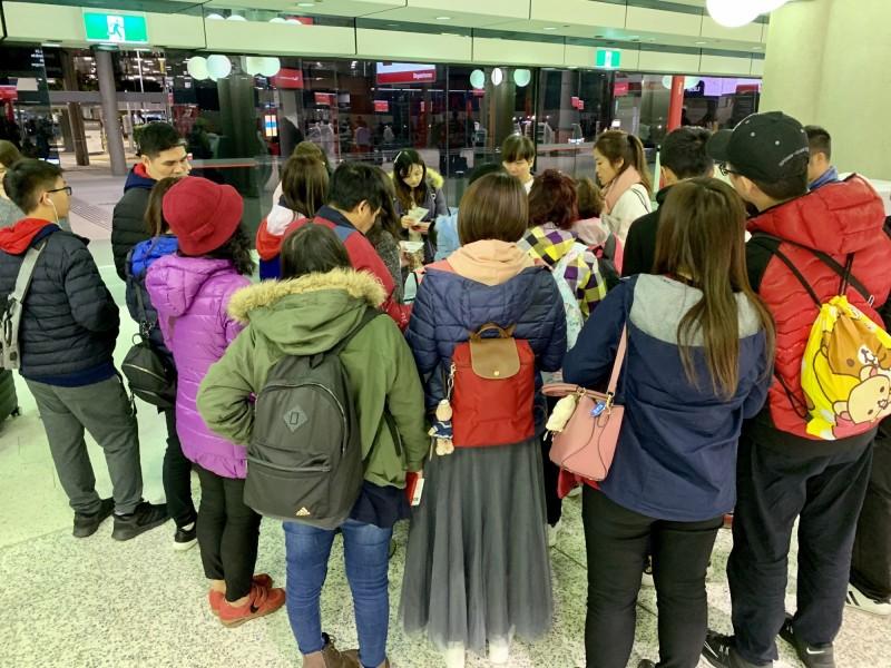 楊小姐等團員在澳洲布里斯本等候班機,準備到雪梨機場再轉機馬尼拉返台。(楊小姐提供)
