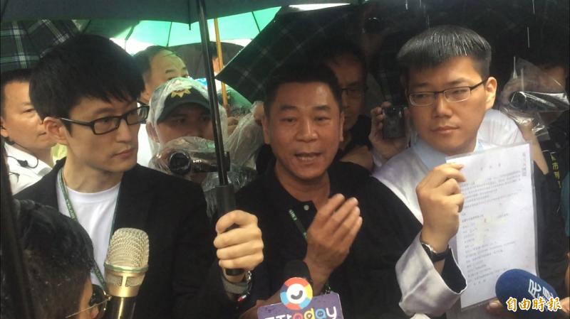 長榮航空發言人副總經理陳耀銘(中)帶著律師,聲稱手上有十餘份委託書,要向工會討回護照、台胞證及工作證等「三寶」,但遭拒。(記者陳恩惠攝)