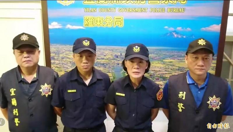 羅東警分局長陳立祺(右2),斥責毆打林姓運將的黑衣人罪行重大。(記者江志雄翻攝)