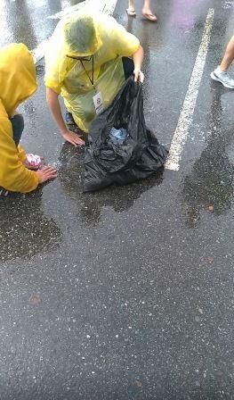 有民眾甚至連紙漿都不放過,堅持要用手撈起來丟棄。(圖擷取自打馬悍將粉絲團)